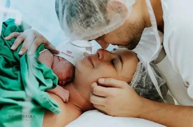 pareja en el hospital recibiendo a su hijo
