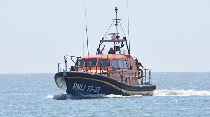Bote en el mar ;Bote salvavidas salva a perro de morir en el mar