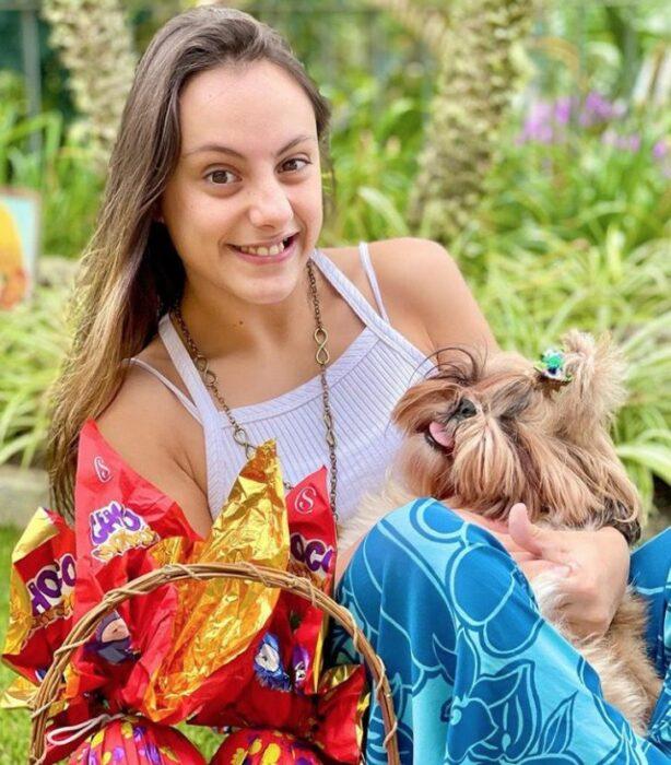 Chica con discapacidad posando para una foto