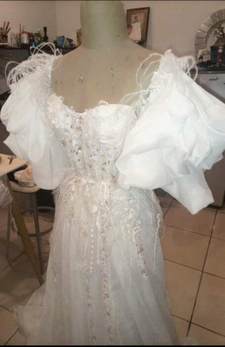Vestido bordado con perlas y plumas