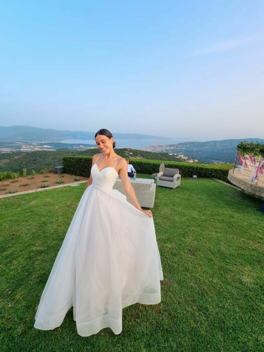 Chica usando un vestido de novia de color blanco
