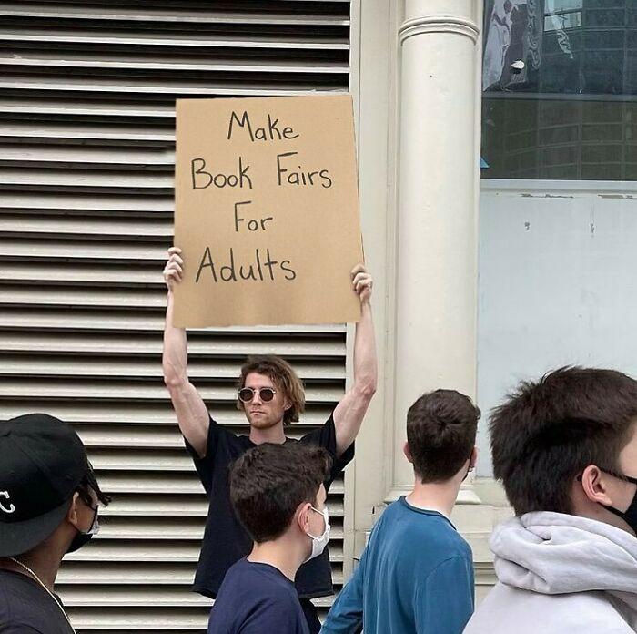 Chico protestando con un cartel en las calles de Nueva York