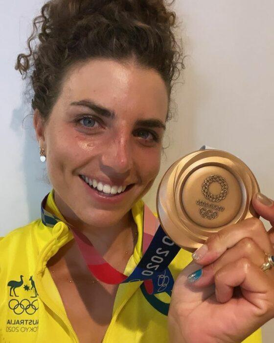 Jessica Fox mostrando su medalla de bronce; Competidora australiana usa preservativo para reparar su kayak y gana la medalla de bronce