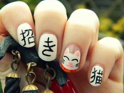 Chica con un diseño japonés en las uñas