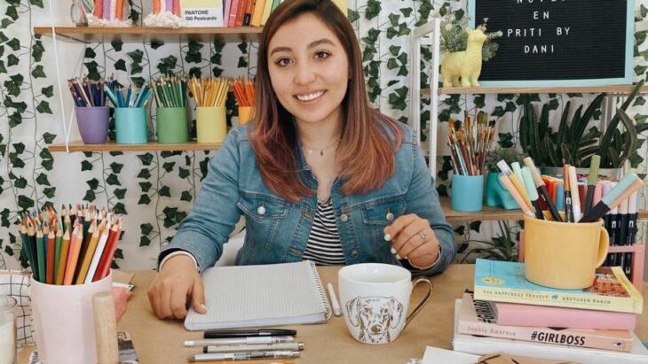 Chica sentada en su escritorio ;Esta youtuber se hizo viral por comprarse la casa de sus sueños