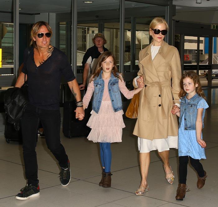 Nicole Kidman y su esposo paseando junto a sus hijos