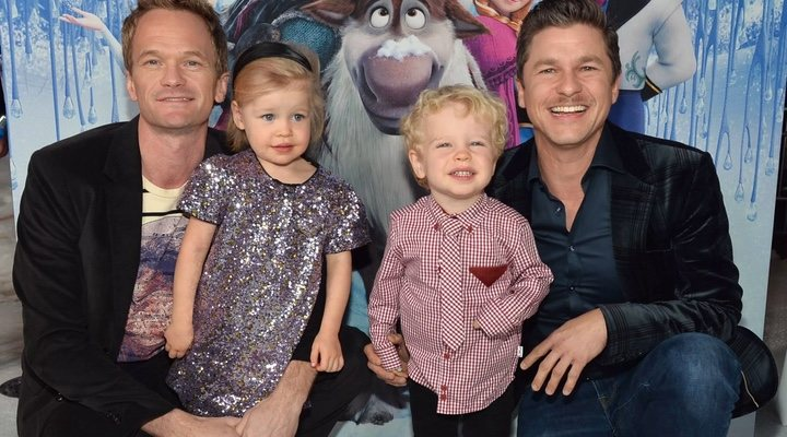 Neil Patrick Harrys y sus hijos posando para una fotografía