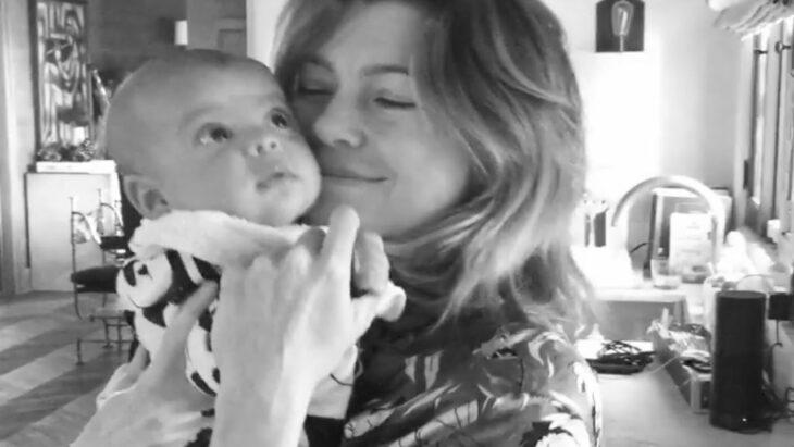 Ellen Pompeo sosteniendo en brazos a su bebé