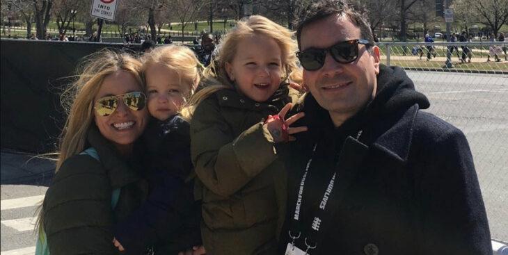 Jimmy Fallon posando para una foto junto a su familia