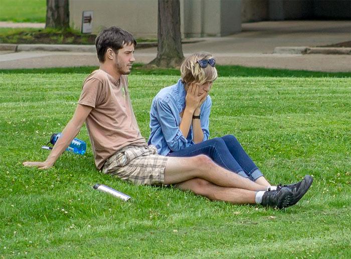 Pareja conversando en un parque