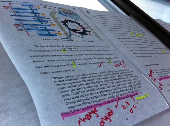 Trabajo de universidad con anotaciones