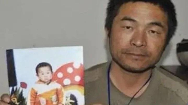 hombre sosteniendo una fotografía; Hombre se reencuentra con su hijo 24 años después de que fuera raptado