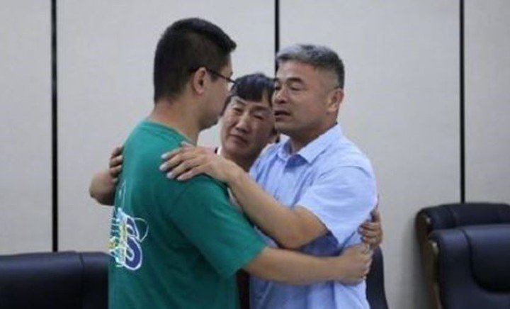 Padre e hijo abrazándose; Hombre se reencuentra con su hijo 24 años después de que fuera raptado