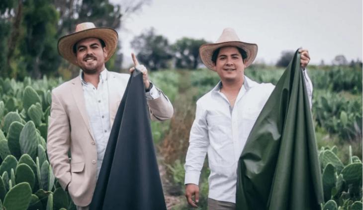 Amigos sosteniendo telas de nopal; Joven creó las primeras zapatillas veganas y ecológicas fabricadas con Cactus