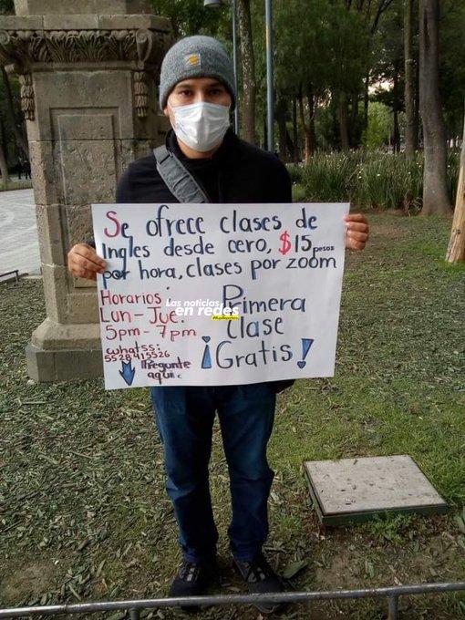 Chico sosteniendo un cartel ;Joven ofrece clases de inglés por menos de 1 dólar y se hace viral
