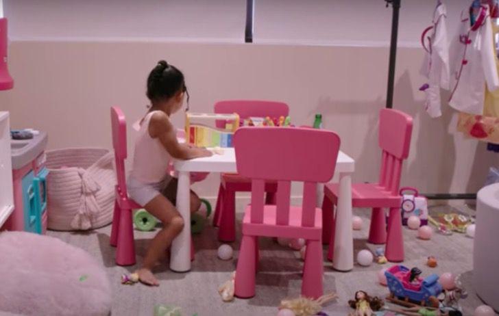 Stormi jugando en Kylie Cosmetics