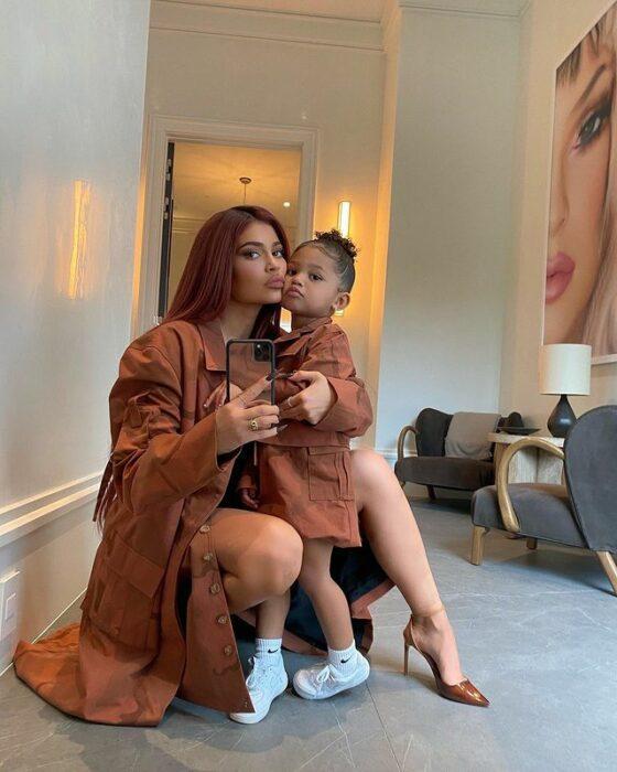 Kylie Jenner y su hija posando para una fotografía