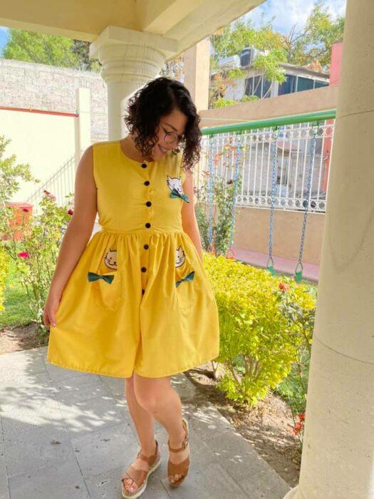 Chica llevando un vestido en tonos amarillos con verde; Le regala a su novia un vestido con el que siempre soñó y nos hace creer en el verdadero amor