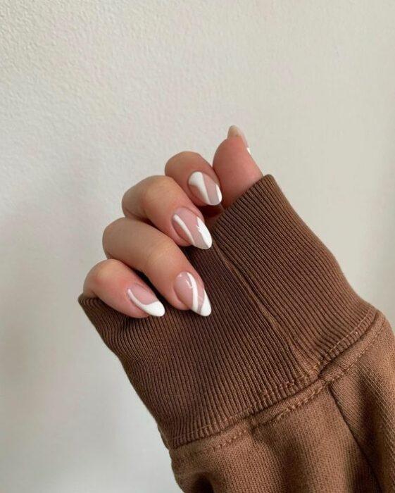 Manicuras con líneas blancas ;15 Ideas para enchular tu manos con un estilo minimalista
