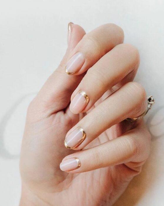 uñas con líneas doradas ;15 Ideas para enchular tu manos con un estilo minimalista