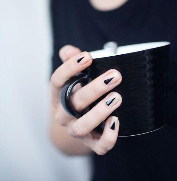 Manicura con triángulos negros;15 Ideas para enchular tu manos con un estilo minimalista