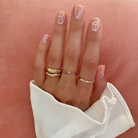 Uñas con curvas blancas ;15 Ideas para enchular tu manos con un estilo minimalista