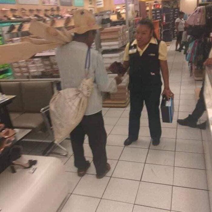 Mujer entregando una caja de zapatos a un abuelito ;Mujer le regala zapatos a abuelito indigente. Los pagó con su propio sueldo
