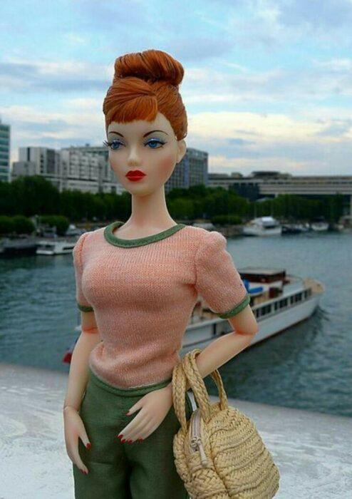 Muleca sosteniendo un bolso ;Muñecas Barbie con estilo Pin Up