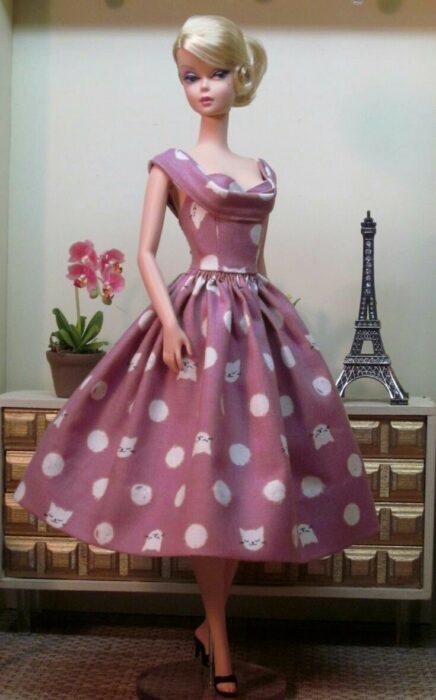 Muleca con vestido rosa y puntos blancos ;Muñecas Barbie con estilo Pin Up