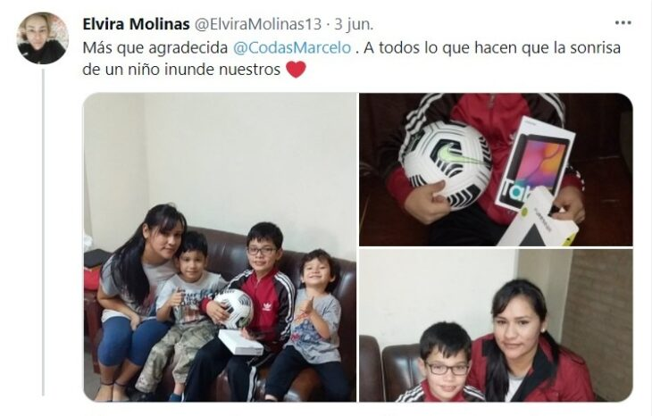 Niño sentado junto a su familia luego de recibir una tablet