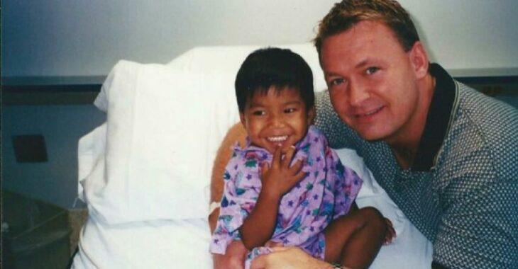 Jordan Pisey Windle junto a su padre ;Padre gay salva a niño de morir en orfanato, lo apoya para ser atleta y hoy compite en Tokio