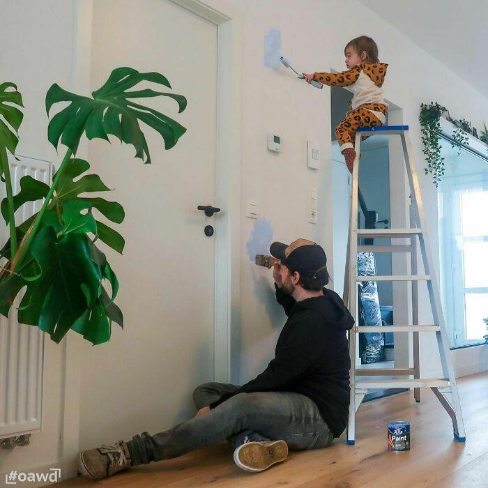 Pintando las paredes de la casa ;Papá le envía a su novia estas fotos cada vez que le pregunta si sus bebés están bien