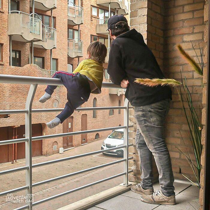 Colgado en los barrotes del balcón ;Papá le envía a su novia estas fotos cada vez que le pregunta si sus bebés están bien