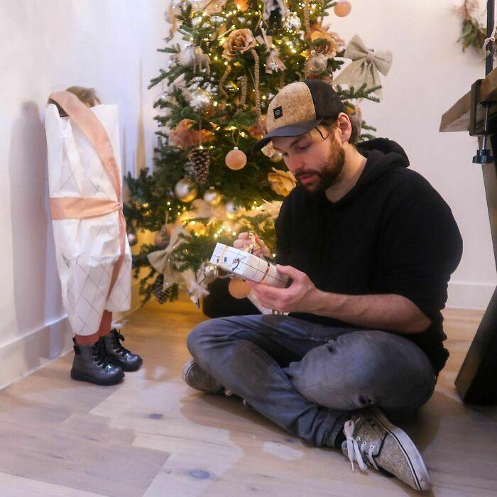 Envolviendo un regalo ;Papá le envía a su novia estas fotos cada vez que le pregunta si sus bebés están bien