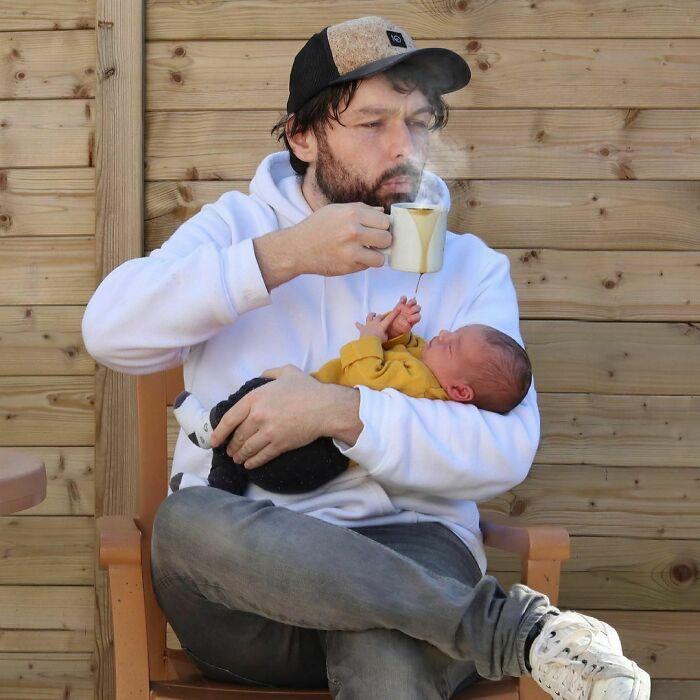 bebiendo café ;Papá le envía a su novia estas fotos cada vez que le pregunta si sus bebés están bien