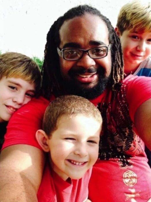 Familia tomando una selfie ;Papá soltero adopta a 3 hijos y demuestra que todas las familias son perfectas