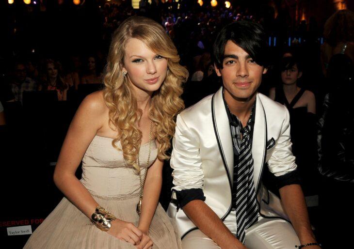 Joe Jonas y Taylor Swiftposando para una fotografía