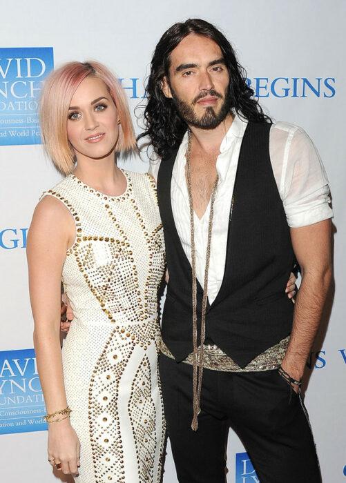 Russell Brand y Katy Perryposando para una fotografía