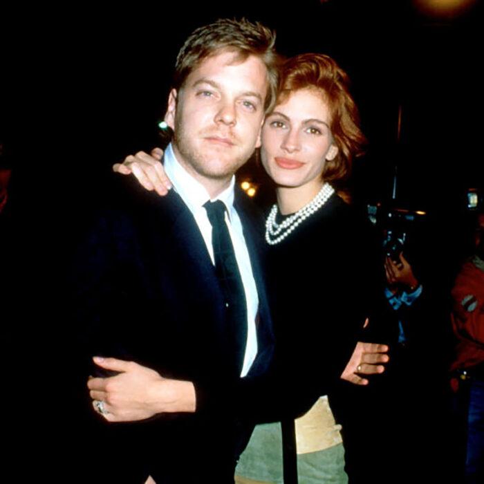 Kiefer Sutherland y Julia Robertsabrazados posando para una foto