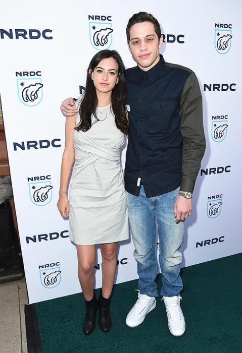 Pete Davidson y Cazzie Davidabrazados posando para una foto