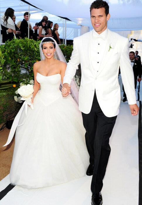 Kris Humphries y Kim Kardashiantomados de la  mano el día de su boda