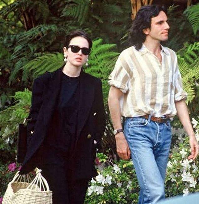 Daniel Day-Lewis e Isabelle Adjani tomados de la mano y caminando por la calle