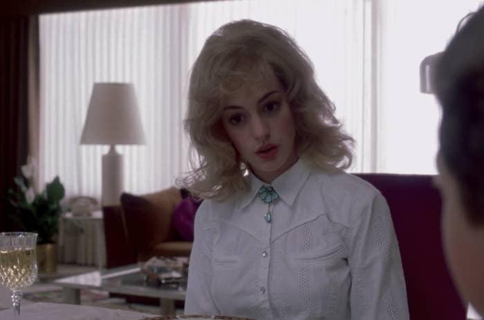 Chica usando una peluca en una película