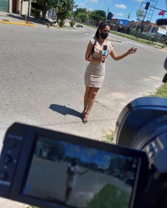Chica hablando frente a cámara ;Periodista responde a las críticas y burlas por vender sándwiches en la calle