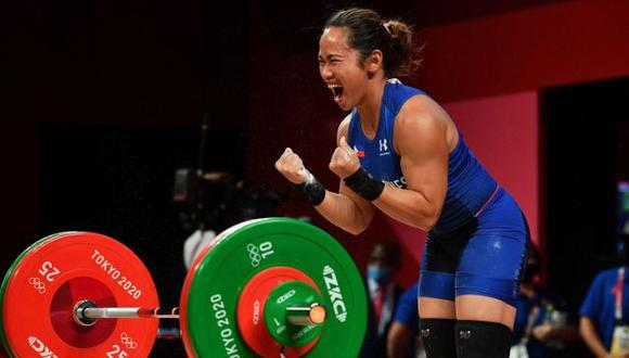 Hidilyn Díaz festejando ganar la medalla de oro en los Juegos Olímpicos