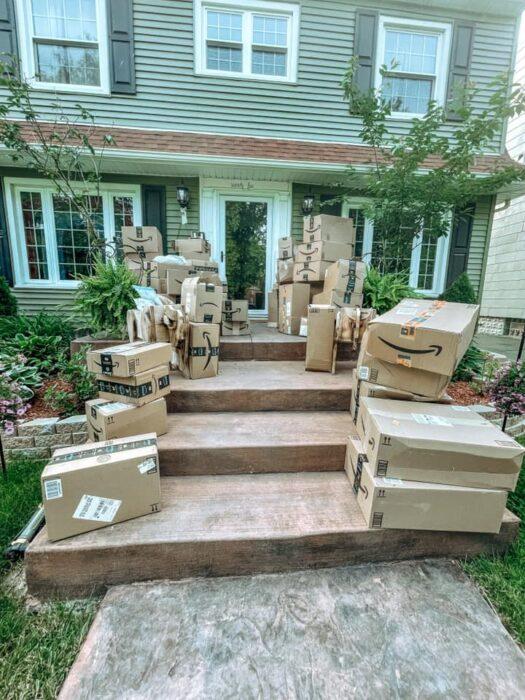 paquetes de Amazon en la entrada de una casa ;Recibió 150 paquetes de Amazon que no pidió; los dona todos a un hospital
