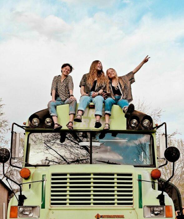 chicas sobre un autobús;  Renuevan un camión y viajan juntas por el mundo después de ser engañadas por el mismo chico