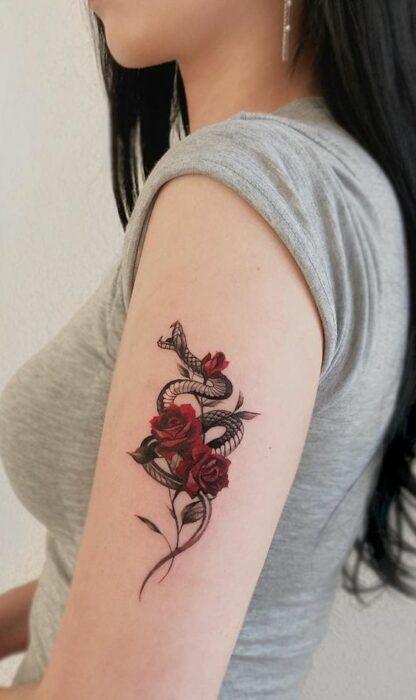 Serpiente entre rosas ;17 Tatuajes con serpientes que tu Medusa interior aprobará