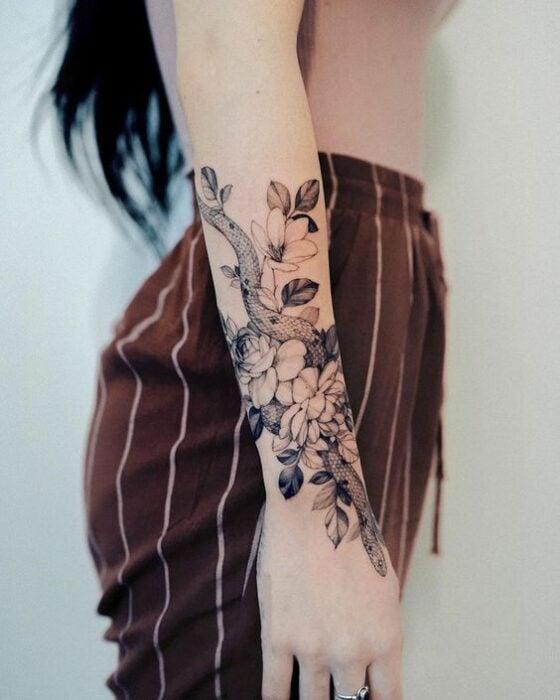 Serpiente entre flores ;17 Tatuajes con serpientes que tu Medusa interior aprobará