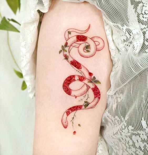 Serpiente rellena con flores ;17 Tatuajes con serpientes que tu Medusa interior aprobará